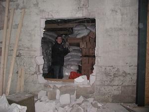 Doorbreken muur van oude naar nieuwe hal.